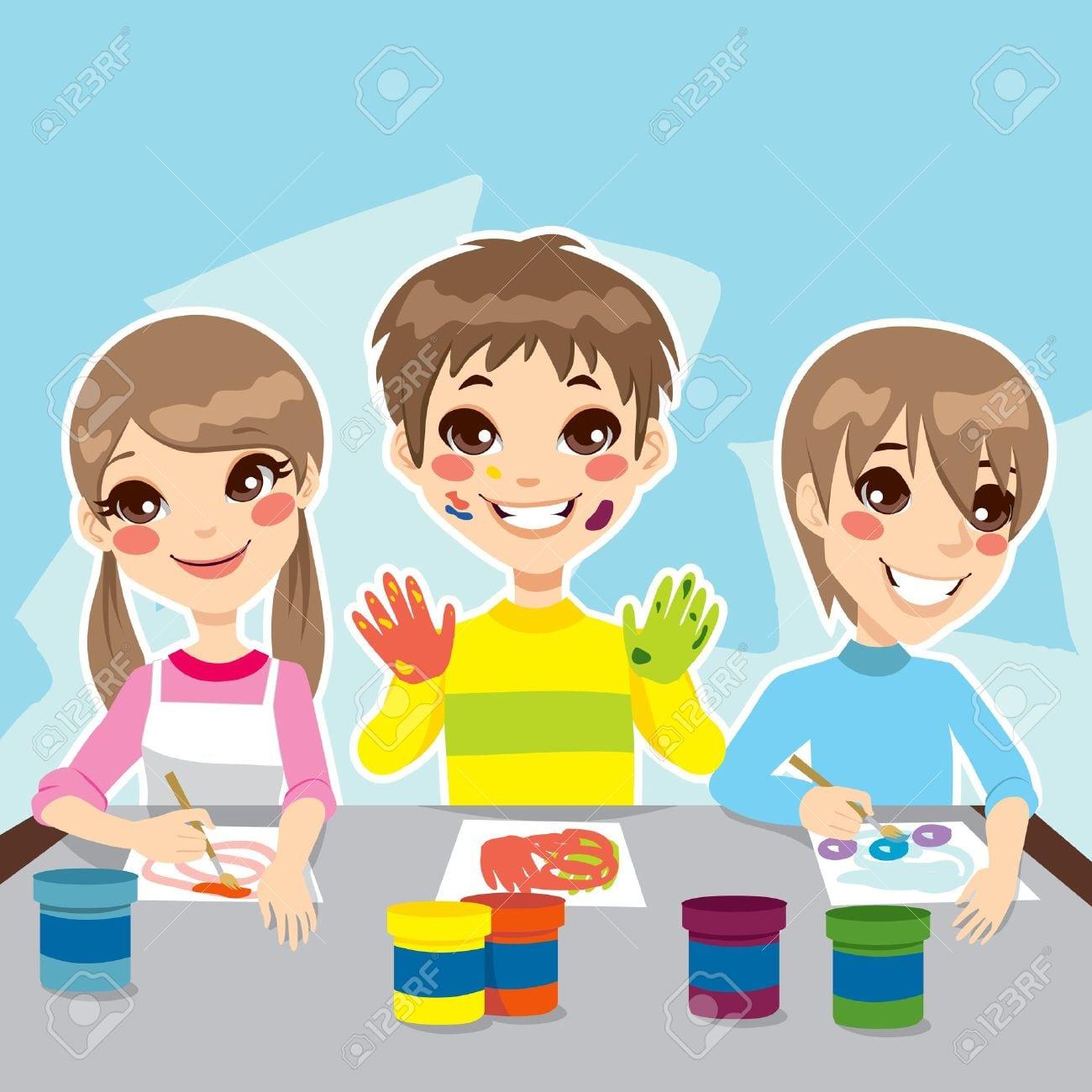 Três Crianças Jovens Se Divertindo Pintando Desenhos Coloridos