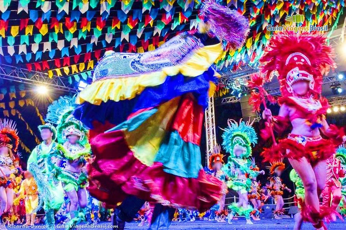 Imagem De Homens E Mulheres Dançando Na Grande Festa Bumba Meu Boi