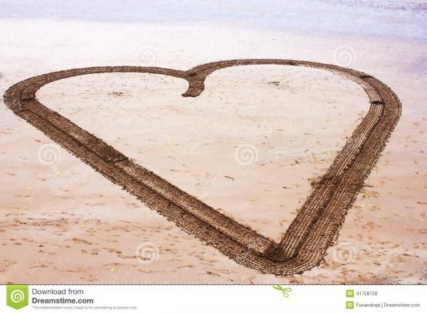 Desenho Grande Do Coração Na Praia Foto De Stock