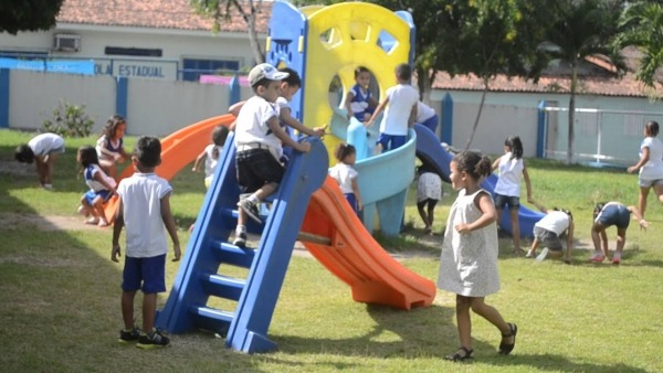 CrianÇas Da Escola Casinha Da CrianÇa Cajueirense Brincando No